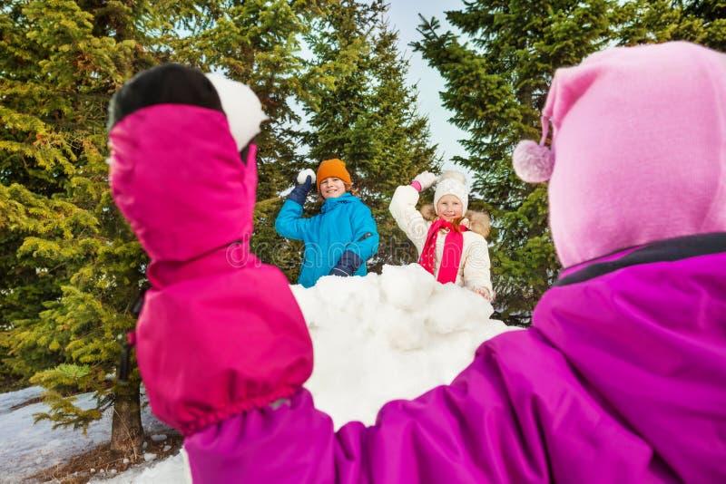 Снежный ком девушки бросая от задней части к ходу стоковое изображение rf
