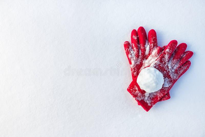 Снежный ком на красных перчатках стоковые изображения