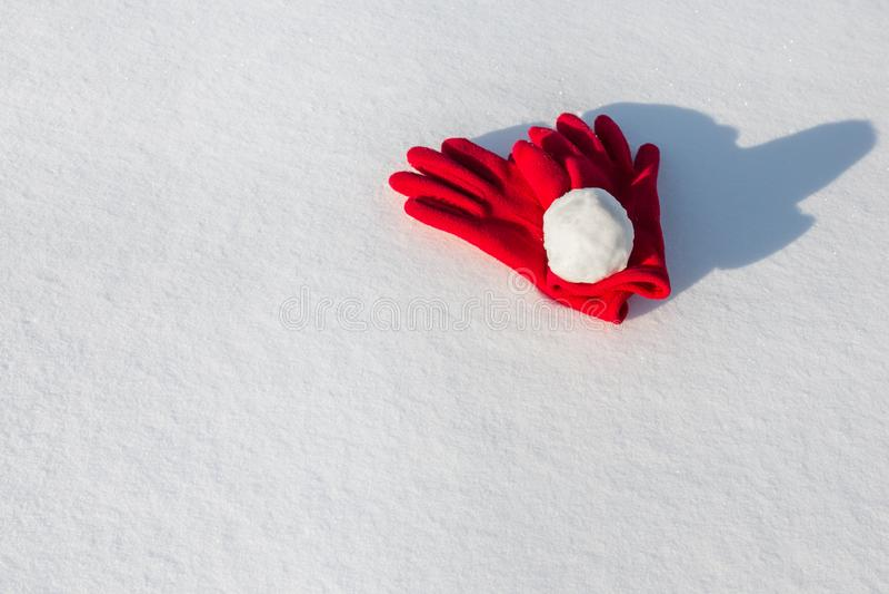 Снежный ком на красных перчатках стоковое изображение rf