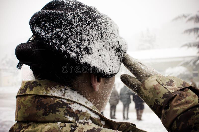 снежок армии итальянский под женщиной стоковое изображение