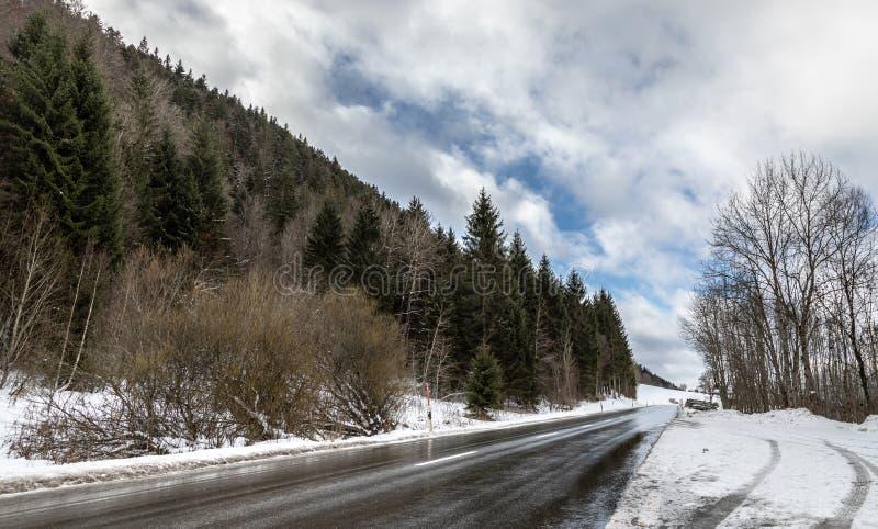 снежок голубое небо Зима влажно Дорога холмы холодно стоковое изображение rf