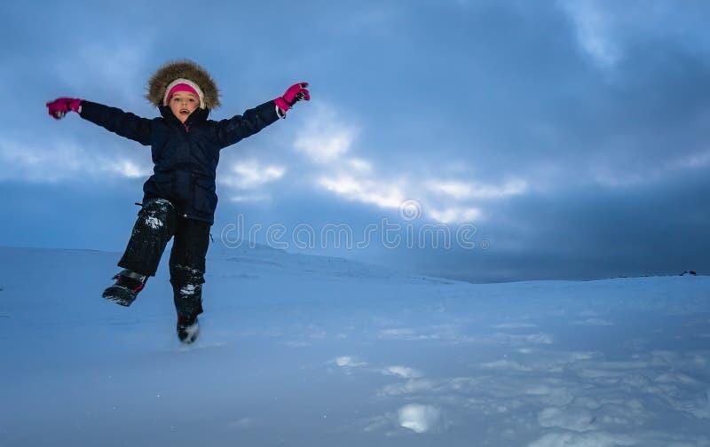 снежок девушки счастливый скача стоковое фото rf