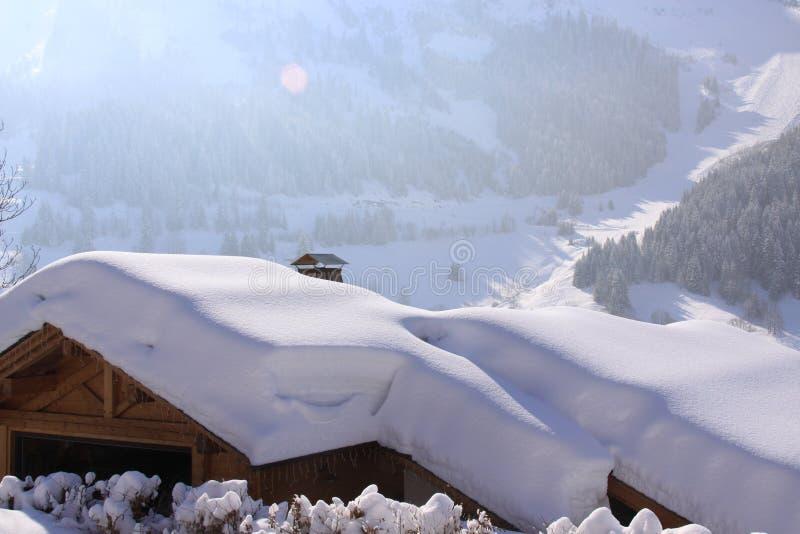 снежок крыши chalet вниз стоковое фото
