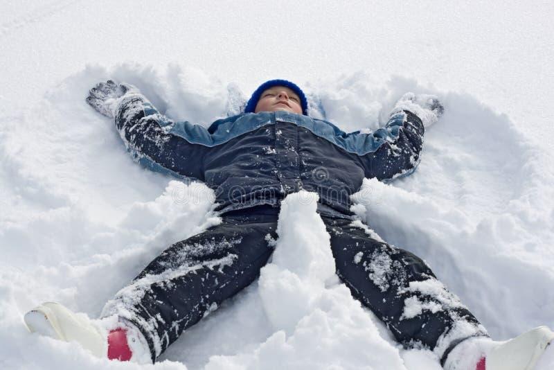 человек лежащий на снегу картинки мастера разбавляет серые