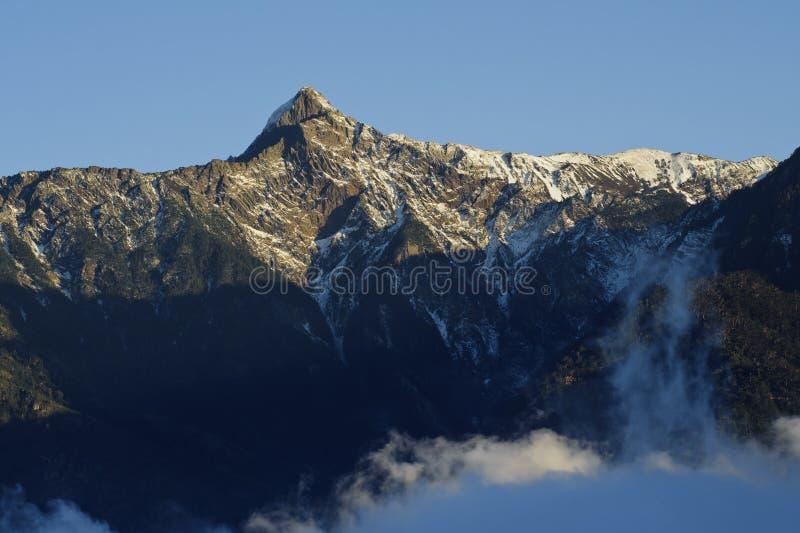 снежок облака драматический пиковый yushan стоковые фотографии rf