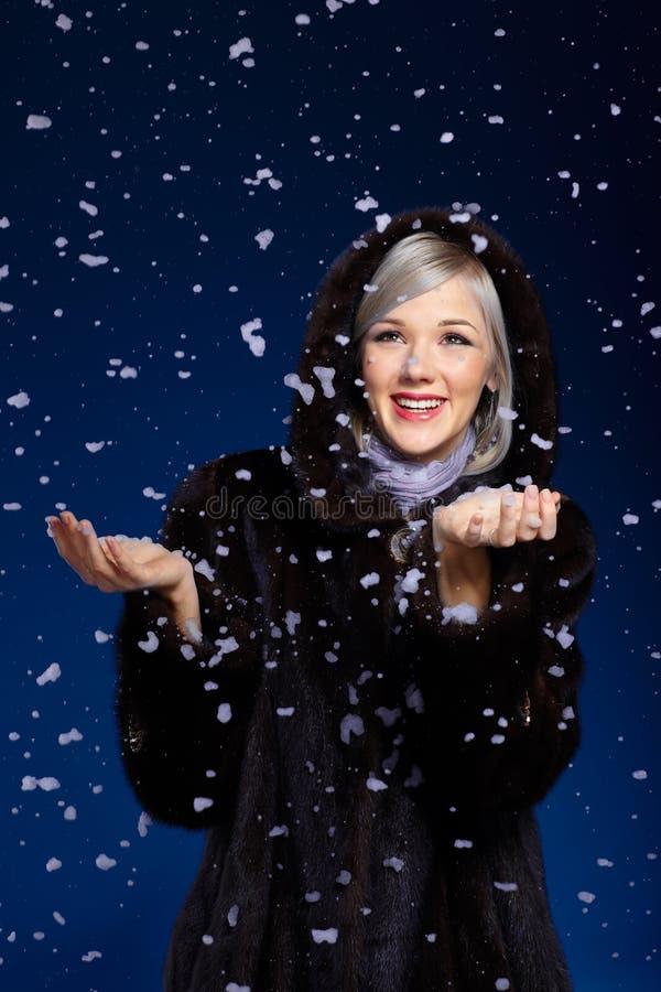 снежок под женщиной стоковое изображение