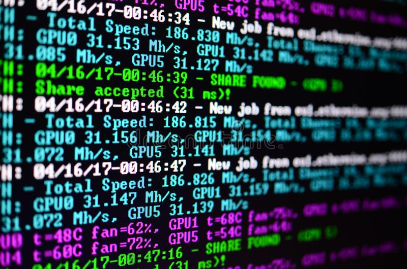 Снимок макроса интерфейса программы для секретного минирования валюты на мониторе компьютера офиса Концепция бита минирования стоковая фотография rf
