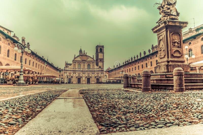 Сногсшибательная аркада Дукале в Vigevano в осени пока идущ дождь стоковое изображение