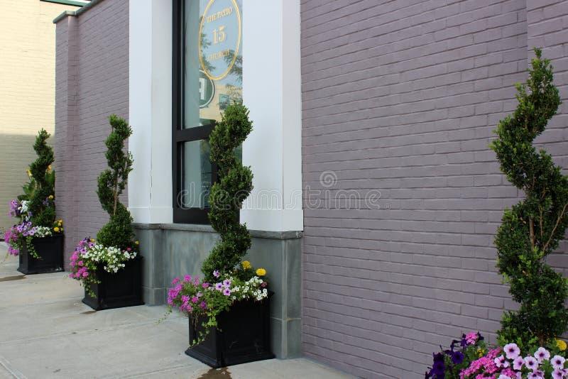 Сногсшибательное воззвание обочины с цветками и ваяемыми деревьями вне 15 церков, популярный ресторан, Saratoga Springs, Нью-Йорк стоковое фото