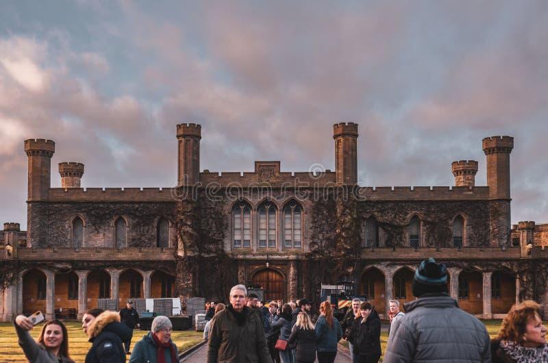 Сногсшибательное здание суда Суда короны Линкольна внутри стен замка Линкольна против изумительного захода солнца Зима 2018 стоковое изображение