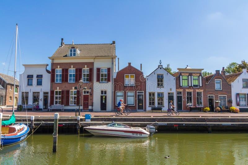 Сногсшибательные взгляды над историческим голландцем плавать гавань с классическими голландскими историческими домами и велосипед стоковое изображение rf