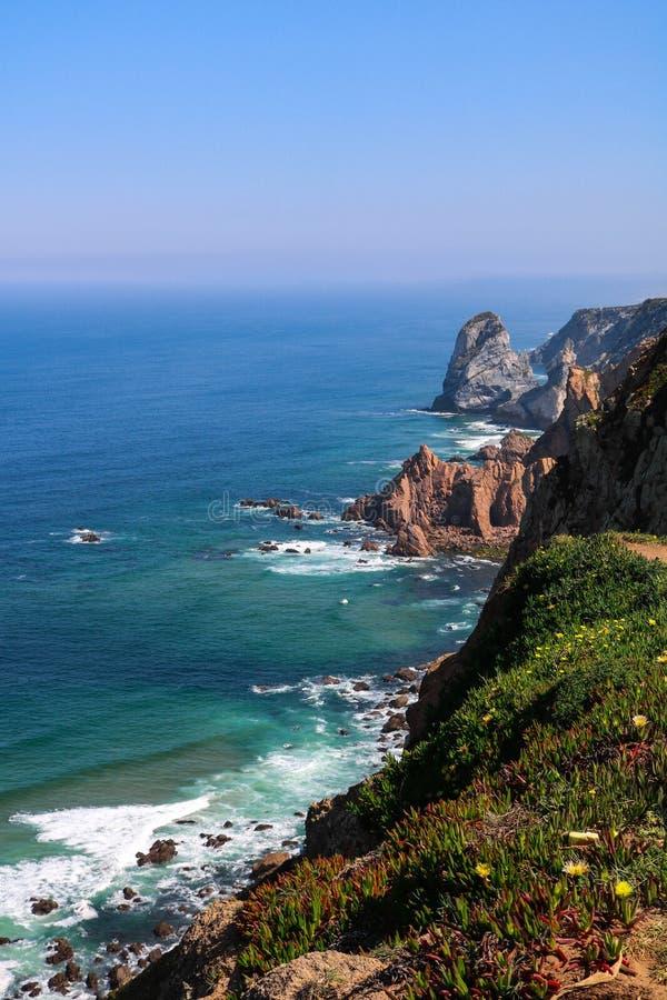 Сногсшибательные скалы над бирюзой мочат в побережье Cabo da Roca стоковые изображения