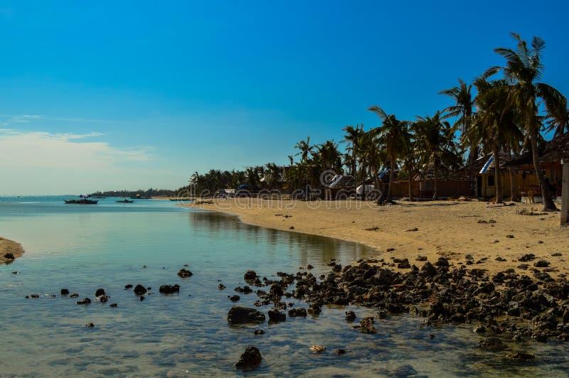 Сногсшибательный белый песчаный пляж острова Bantayan, Cebu, Филиппин стоковая фотография rf