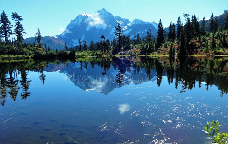 Сногсшибательный взгляд держателя Shuksan и своего отражения в озере изображени стоковое изображение