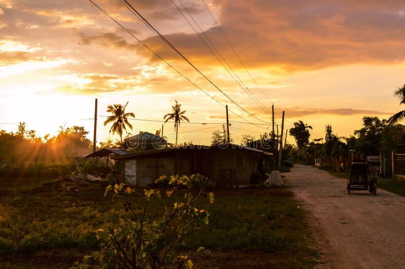 Сногсшибательный взгляд солнца устанавливая над сельской жизнью на острове Cebu, Филиппин стоковое изображение
