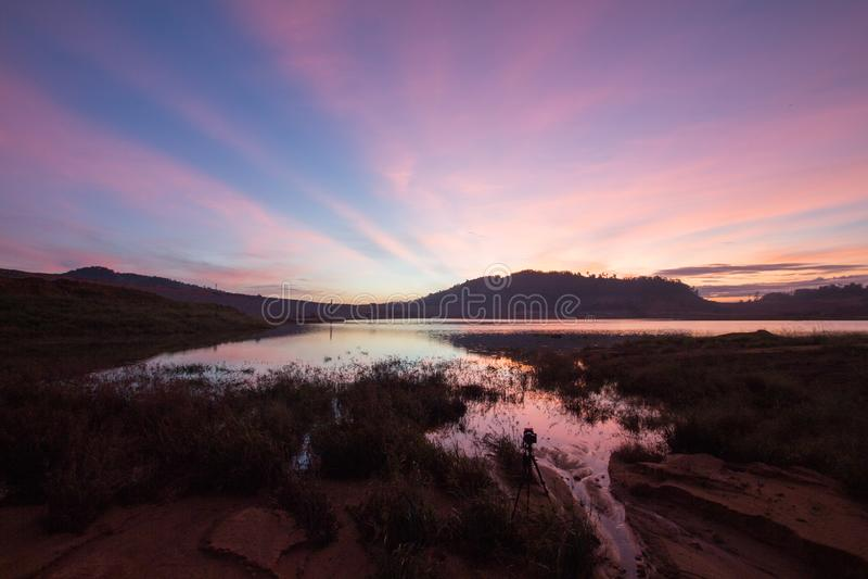 Сногсшибательный восход солнца запруды Mengkuang озера ландшафта стоковые изображения