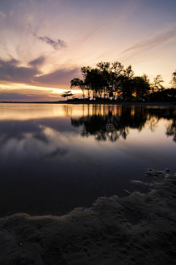 Сногсшибательный восход солнца над тропическим песчаным пляжем, волшебным солнечным светом и отражением стоковое изображение