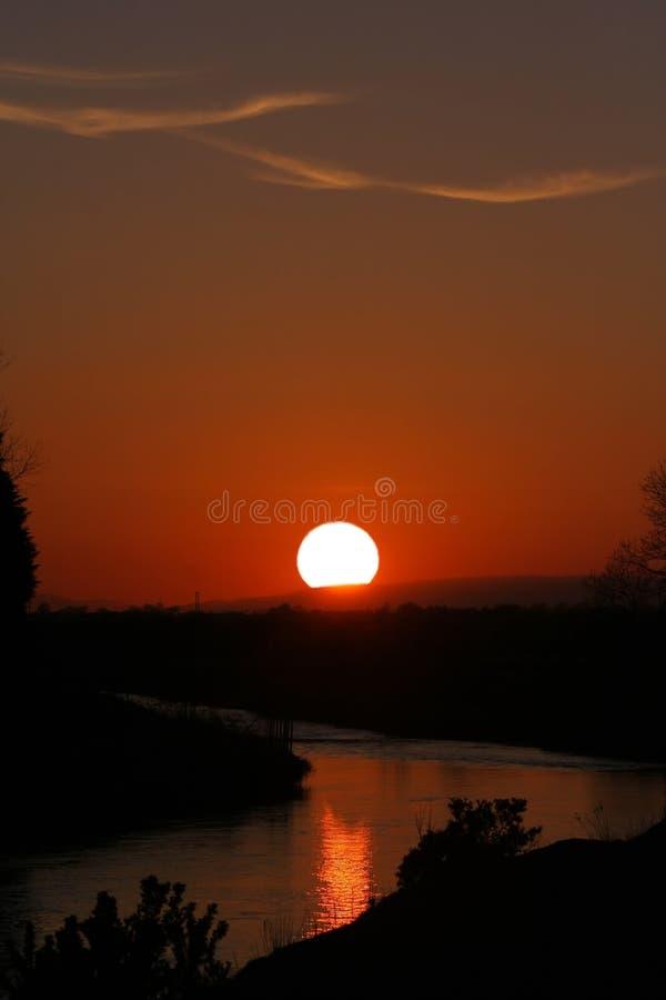 Сногсшибательный красный заход солнца на реке Кларе Co Голуэй стоковые фото