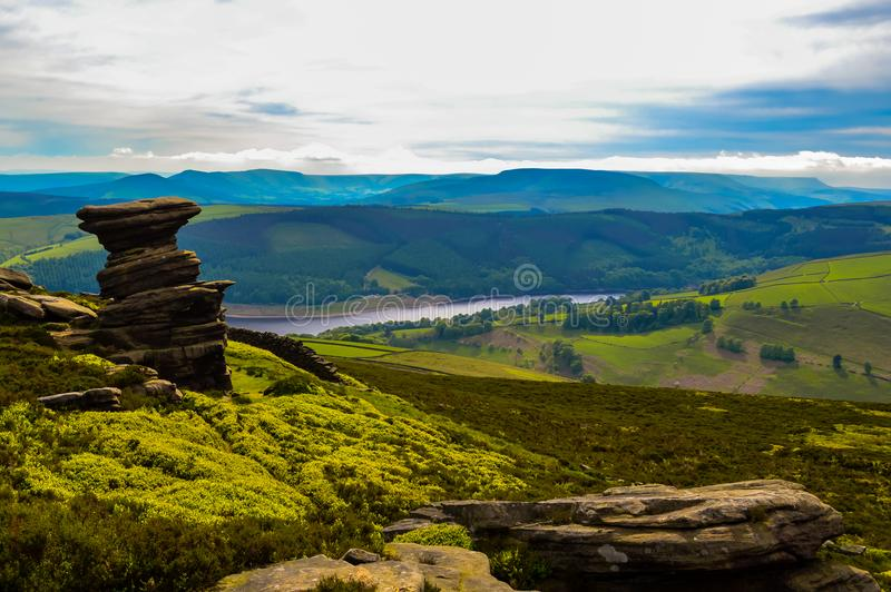 Сногсшибательный погреб соли, обозревая красивую верхнюю долину Derwent, пиковый национальный парк района стоковое фото rf