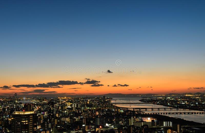 Сногсшибательный twilight взгляд дела городского пейзажа городской в Осака, стоковое изображение rf