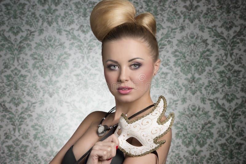 Сногсшибательная девушка актрисы с маской стоковая фотография