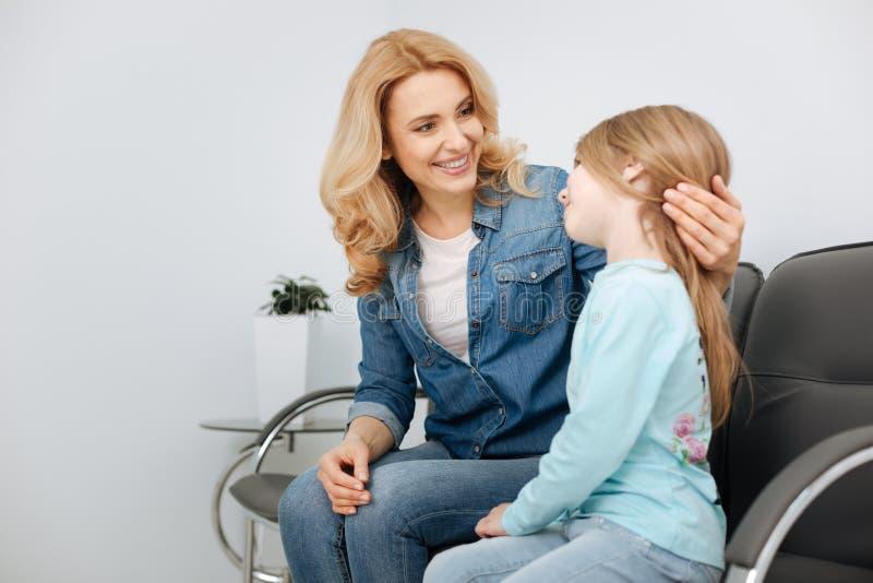 Сногсшибательная молодая мать утешая ее ребенка стоковые фото