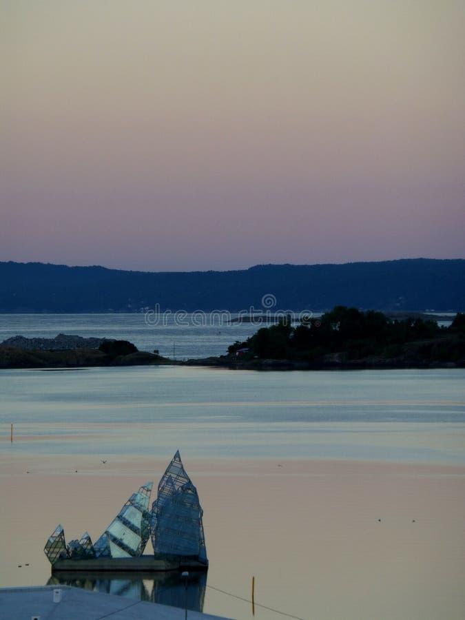 Сногсшибательная ступенчатость неба пастельного цвета перед восходом солнца над фьордом Осло стоковая фотография rf