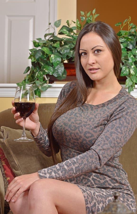 Сногсшибательная biracial женщина в платье с вином стоковое фото