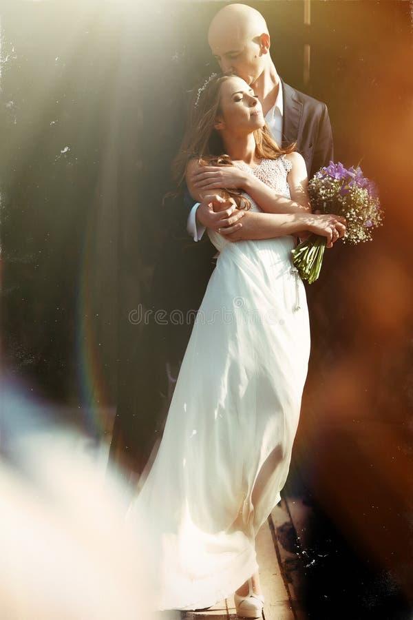 Сногсшибательное изображение красивой пары стоя в венчике  стоковое изображение