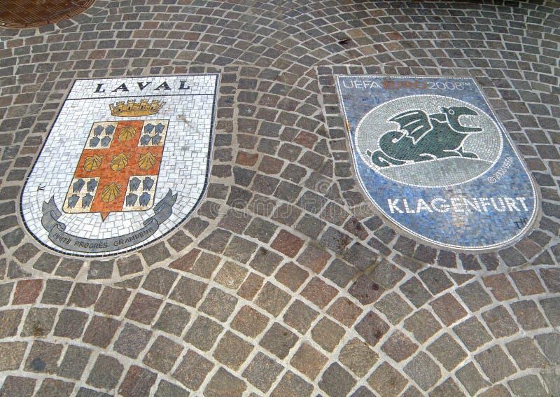 Сногсшибательные украшения мозаики на дорожке булыжника, старом городке Клагенфурта стоковые фотографии rf