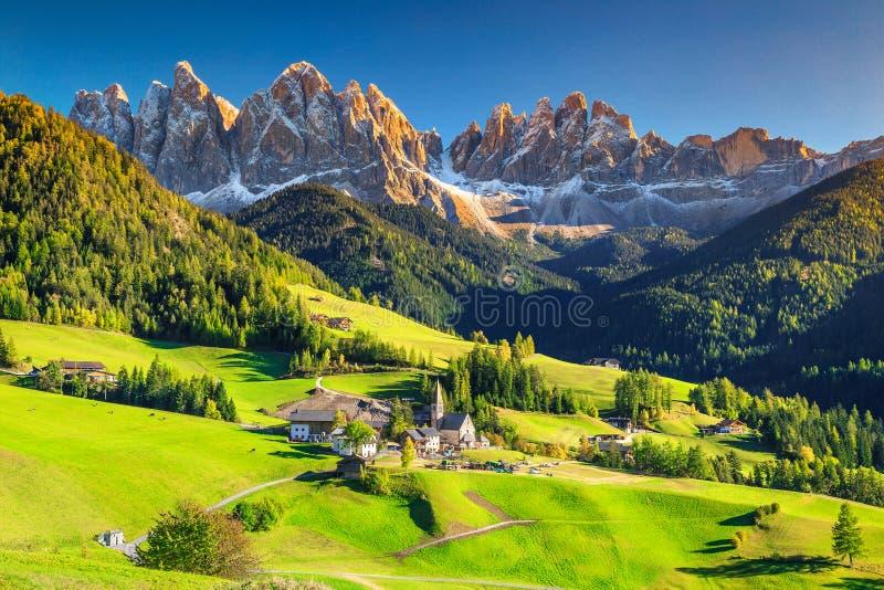 Сногсшибательный ландшафт весны с деревней Санты Maddalena, доломитами, Италией, Европой стоковые фотографии rf
