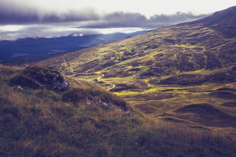 Download Сногсшибательный взгляд от верхней части горы Стоковое Изображение - изображение насчитывающей highland, место: 33739045
