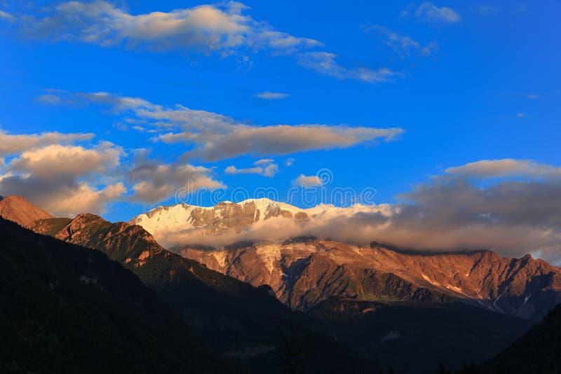 Сногсшибательный взгляд француза Альпов на заходе солнца стоковое изображение