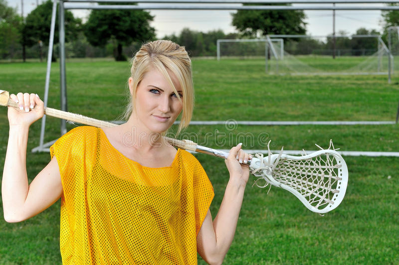 Сногсшибательный молодой белокурый женский игрок лакросс стоковое фото