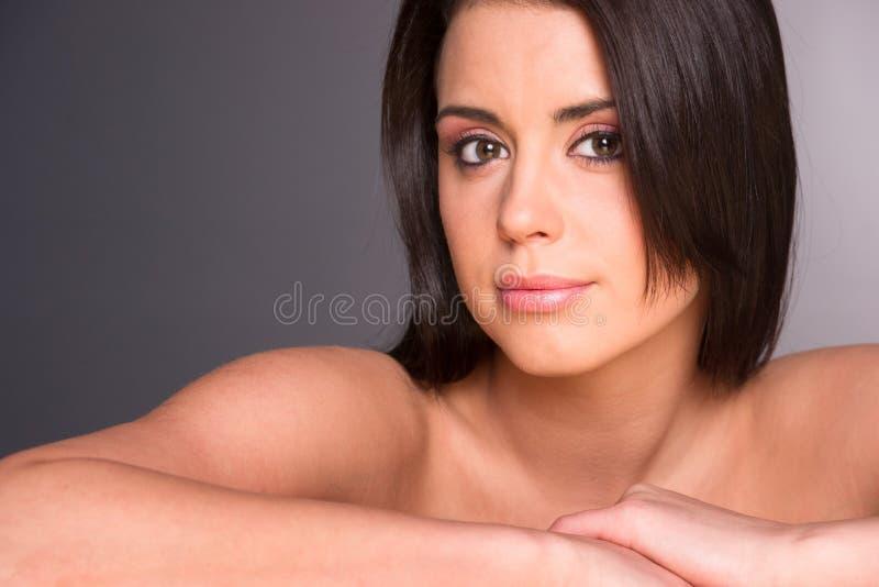 Сногсшибательный молодой красивый конец женщины вверх по плечам головы портрета стоковые изображения