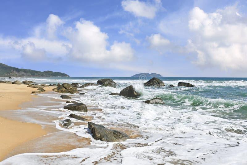 Сногсшибательный пейзаж и нетронутые пляжи на острове Хайнаня, Китае стоковое фото rf