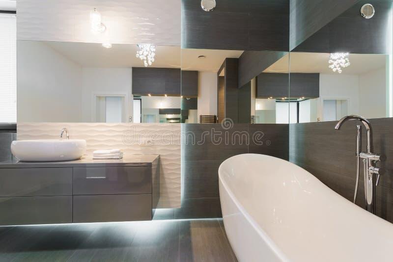 Сногсшибательный современный дизайн ванной комнаты стоковые изображения rf
