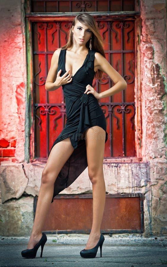 Снято сексуальный представлять женщины высокого способа напольный стоковая фотография rf