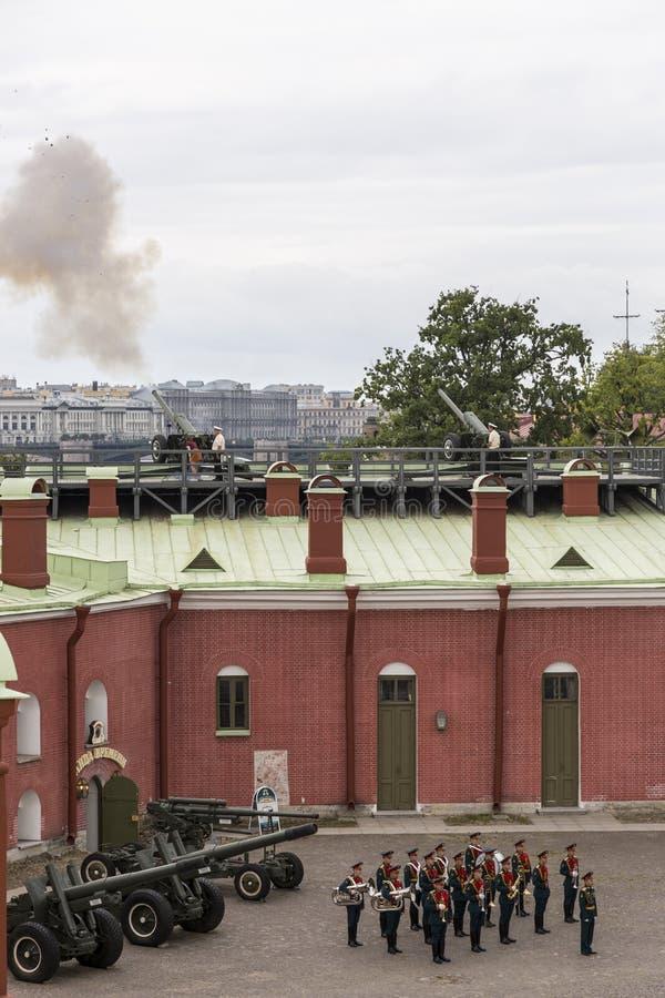 Снятый карамболя сигнала на бастионе Naryshkin в крепости Питер и Пол в Санкт-Петербурге в полдень стоковые изображения rf