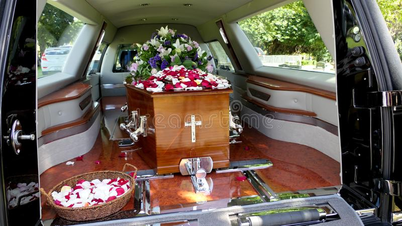 Снятый красочного ларца в дрогах или часовни перед похоронами или захоронением на кладбище стоковое фото