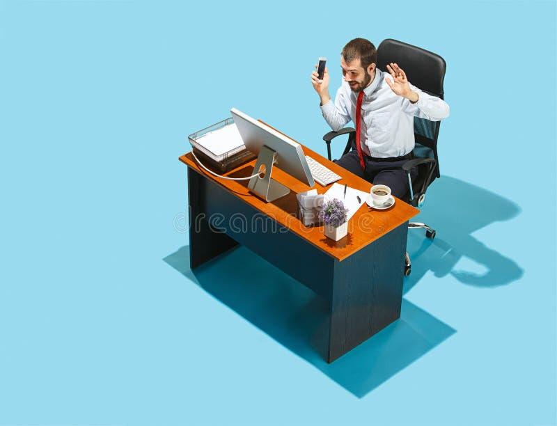 Снятый сверху стильного бизнесмена работая на компьтер-книжке стоковая фотография rf