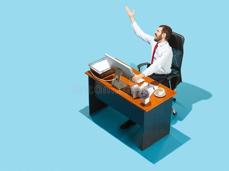 Снятый сверху стильного бизнесмена работая на компьтер-книжке стоковое изображение