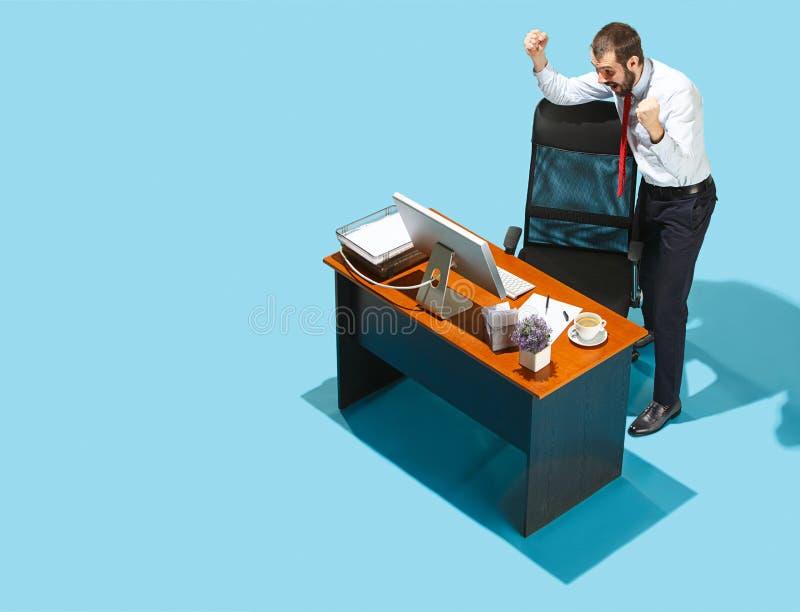 Снятый сверху стильного бизнесмена работая на компьтер-книжке стоковое изображение rf