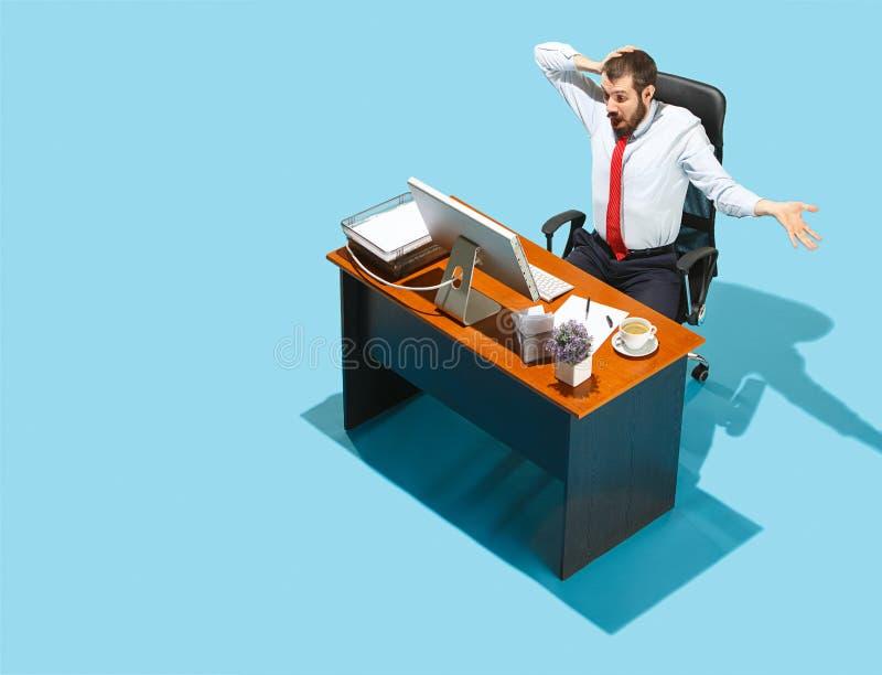 Снятый сверху стильного бизнесмена работая на компьтер-книжке стоковое фото