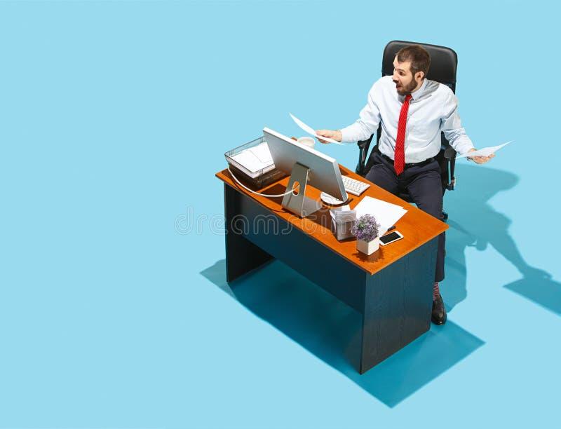 Снятый сверху стильного бизнесмена работая на компьтер-книжке стоковая фотография