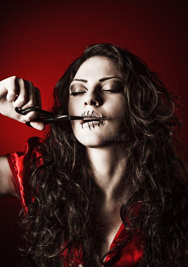 Снятый ужас: странная девушка при зашитый рот закрыла резать поток стоковые изображения rf