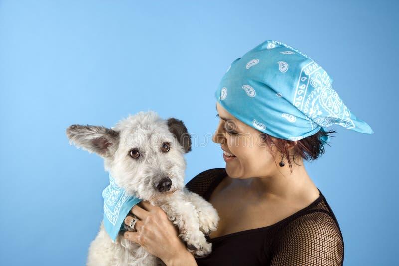 собака держа малую женщину стоковая фотография rf