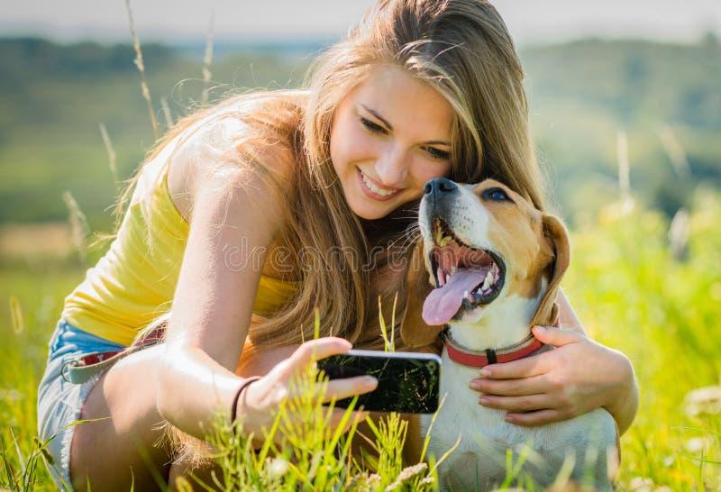 Собака и женщина - счастливые памяти стоковые фотографии rf