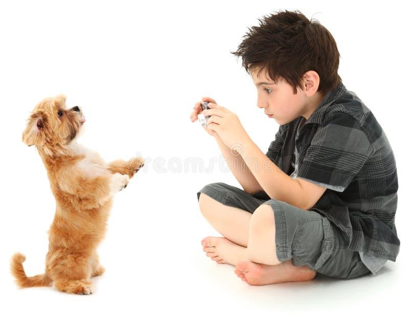 собака камеры мальчика цифровая его снимать фото стоковые изображения rf