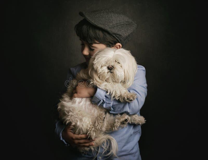 собака мальчика его обнимать стоковое фото rf